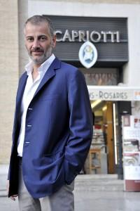 Massimo Capriotti di fronte alla gioielleria Capriotti
