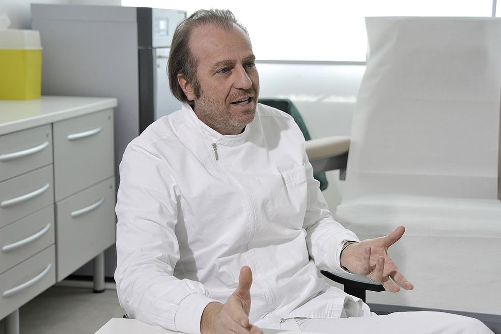 Gino Mattutini nel suo studio
